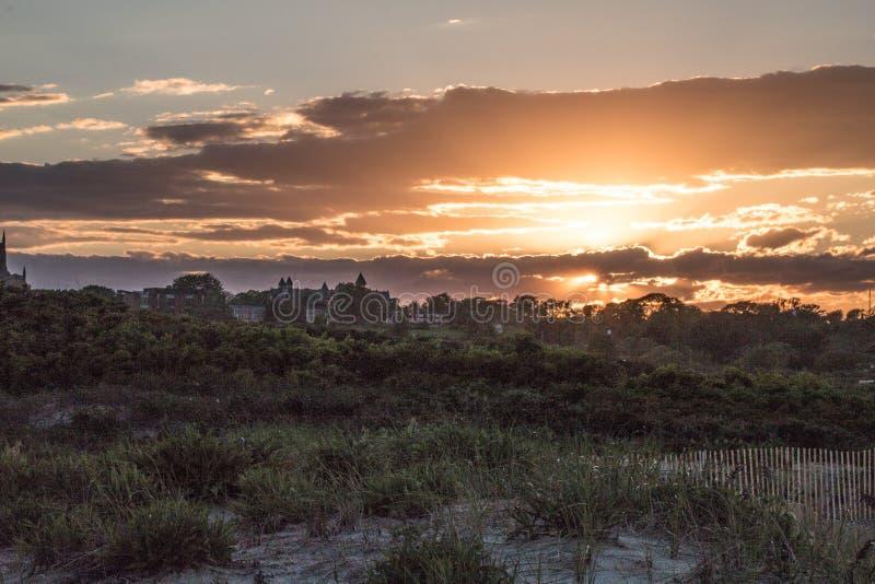 Een de zomerzonsondergang over duingras in Nieuwpoort, Rhode Island stock foto's
