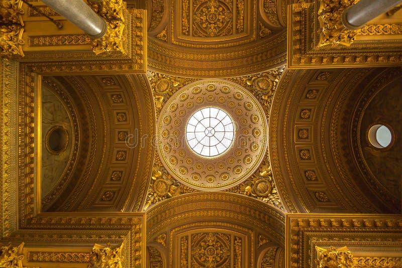 Een decoratie van het luxeplafond in het paleis van Versailles in Parijs, Frank stock fotografie