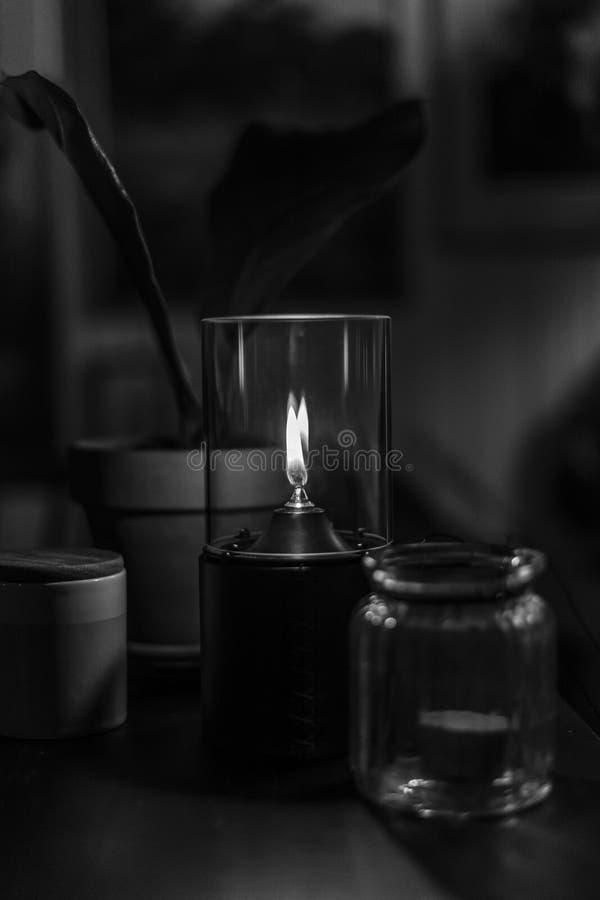 Een decoratieve aangestoken kaars in zwart-wit stock foto's
