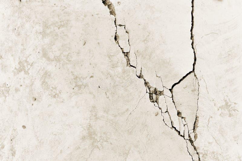 Een deel van de concrete muur met een barst van het oude gebouw Achtergrond toning stock afbeelding