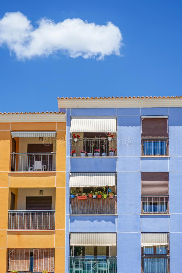 Een deel van de moderne woonflatgebouwbouw met blauwe hemelachtergrond royalty-vrije stock foto's