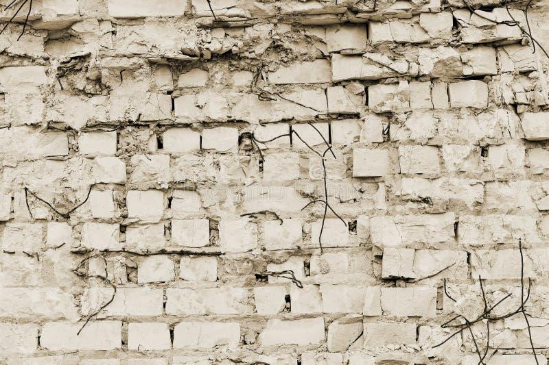 Een deel van de muur van baksteen met stukken van rebar van een oud gebouw voor vernieling toning royalty-vrije stock afbeelding