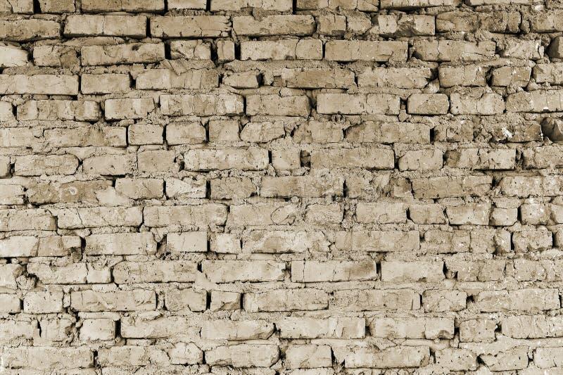 Een deel van de muur van baksteenstukken van een oud gebouw voor vernieling toning stock afbeeldingen