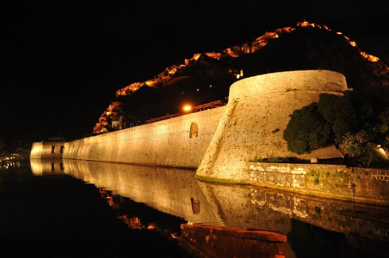 Een deel van de muur Oude Stad in Kotor bij nacht stock afbeelding