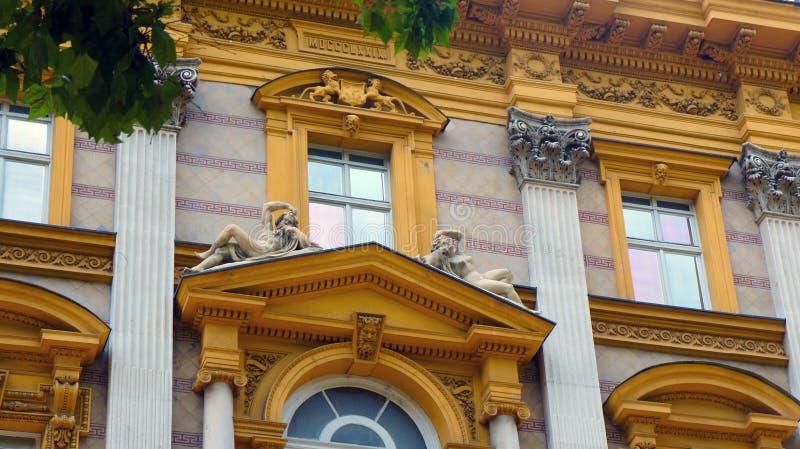 Een deel van de oude bouw, mooie architectuur met beeldhouwwerken, zonnige dag, Zagreb, Kroatië royalty-vrije stock foto