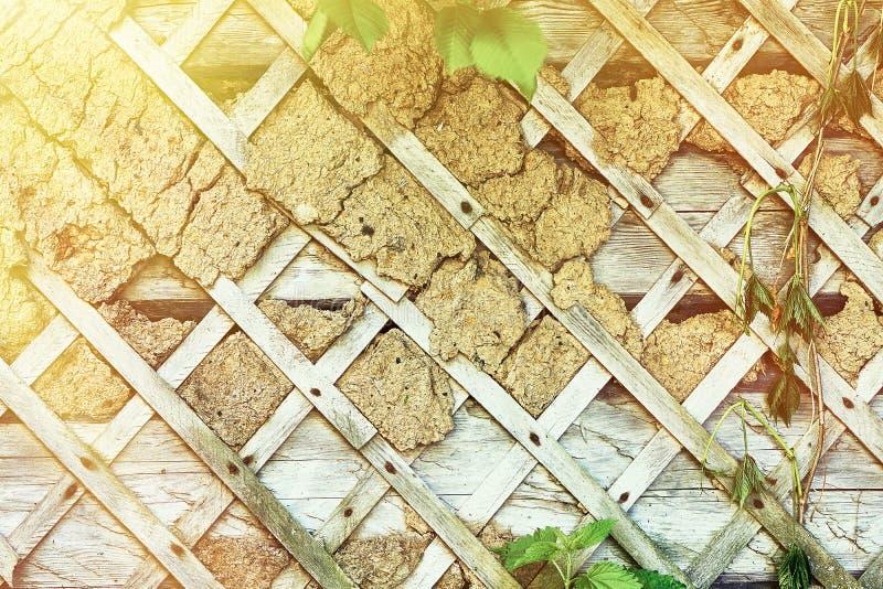 Een deel van de oude vernietigde muur met riemen in de vorm van ruiten royalty-vrije stock afbeelding