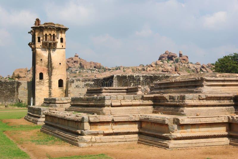 Een deel van de plaats van de de werelderfenis van Unesco van Olifantsstallen in Hampi, Karnataka, India stock fotografie