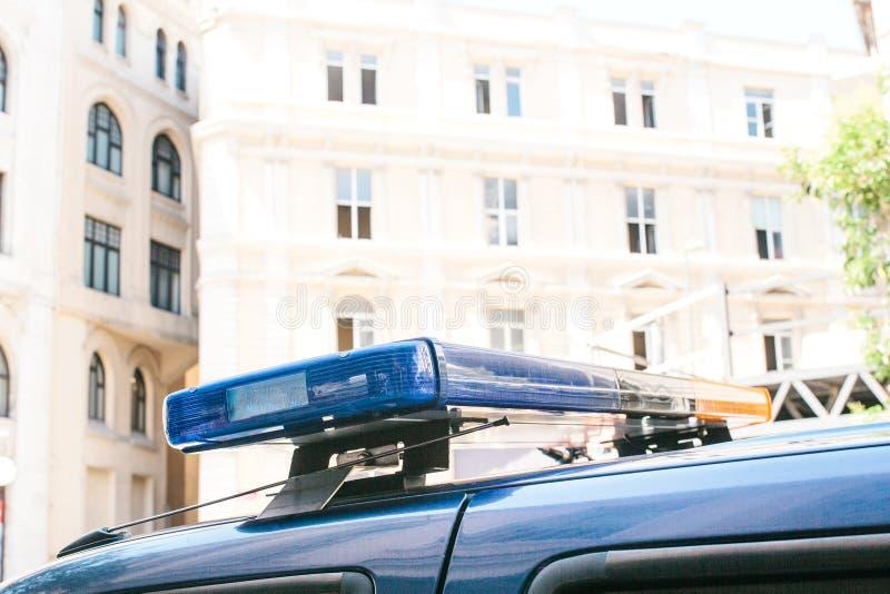 Een deel van de politiewagen is een sirene op de achtergrond van de gebouwen Conceptuele foto van openbare ordebescherming stock foto's