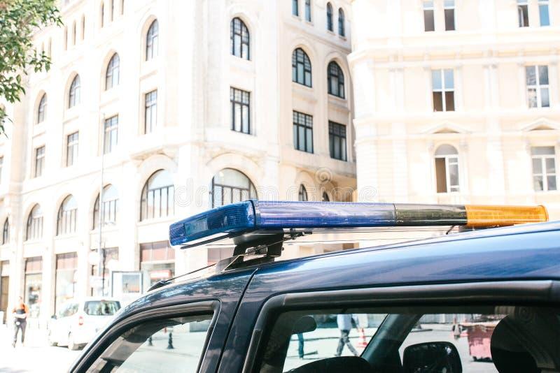 Een deel van de politiewagen is een sirene op de achtergrond van de gebouwen Conceptuele foto van openbare ordebescherming royalty-vrije stock foto