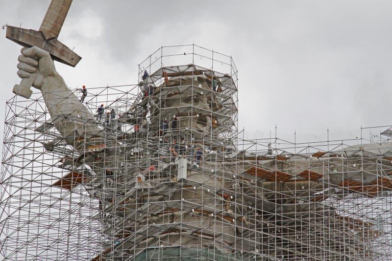 Een deel van de sculptuur 'The Motherland is Calling!' in de steigers onder de wederopbouw van Mamaev Kurgan in Volgograd royalty-vrije stock afbeelding