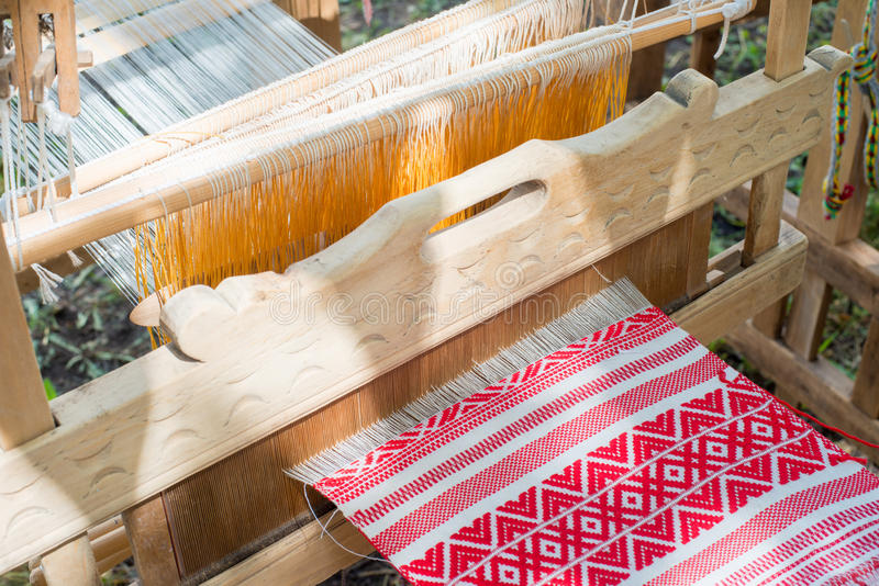 Een deel van de stof in een weefgetouw wordt geweven dat stock foto