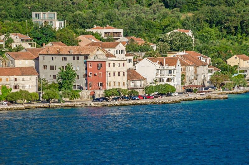 Een deel van de waterkant van Prcanj in Montenegro stock afbeelding