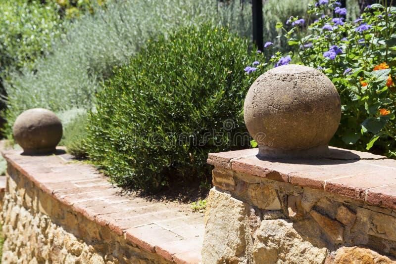 Een deel van een ladder met steengebieden in een tuin royalty-vrije stock afbeeldingen