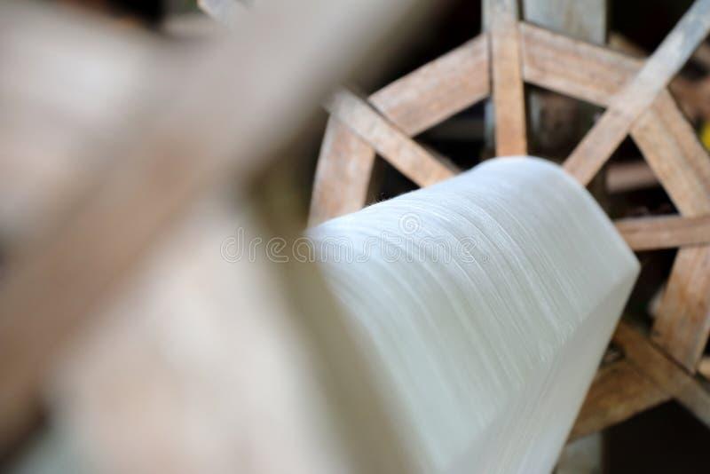 Een deel van eigengemaakte weefgetouw witte draad royalty-vrije stock fotografie