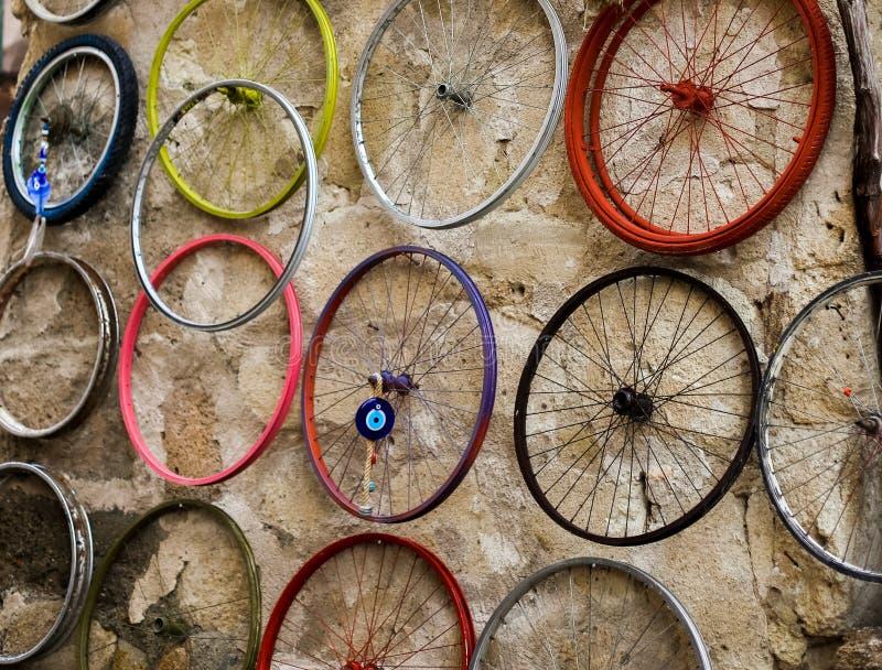 Een deel van fiets hangt op de achtergrond van de steenmuur royalty-vrije stock afbeelding