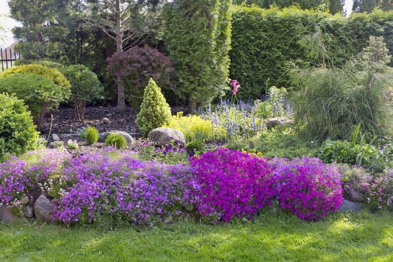Een deel van een fijn Europees de tuinlandschap van de lentemei royalty-vrije stock foto