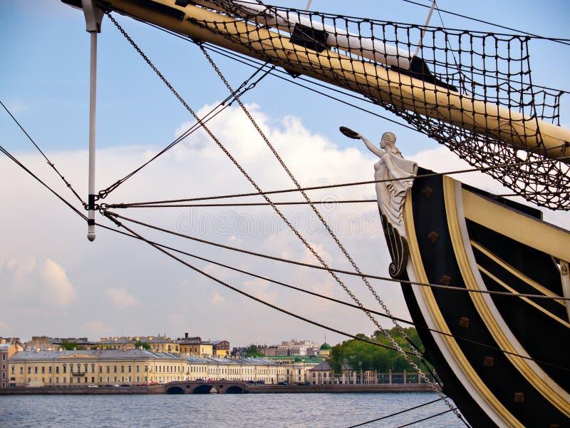 Een deel van een fregat met een mast en beeldhouwwerk tegen backgrou royalty-vrije stock afbeeldingen