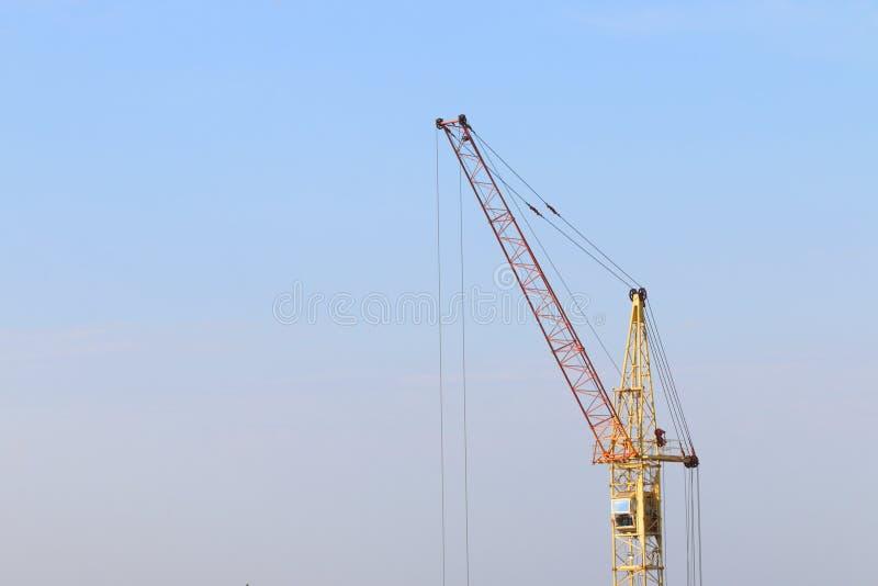 Een deel van geel stationair hijstoestel op bouwwerf stock foto's