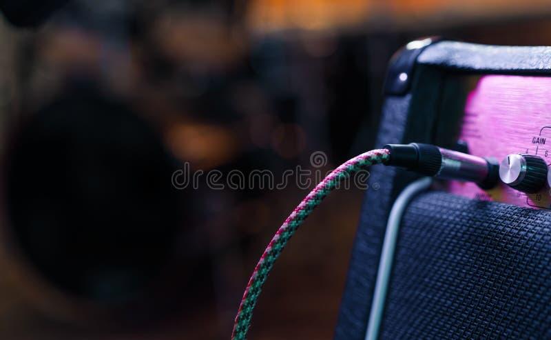 Een deel van gitaarampère met stop in kabel Muziekoverleg of opnameconcept De ruimte van het exemplaar stock foto's
