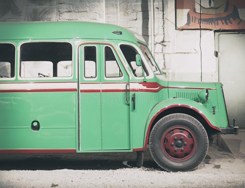 Een deel van groene oude retro bus Voordeur en wiel stock foto's