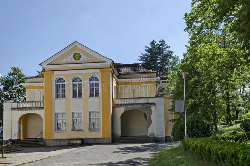 Een deel van het oude Architecturale Ensemble Banite met een fragment van het Nieuwe Minerale Bad, Zontuin, Varshets spa stad royalty-vrije stock foto's