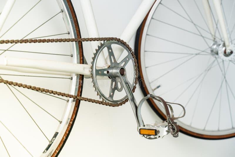 Een deel van het retro fiets hangen op de witte muur stock afbeeldingen