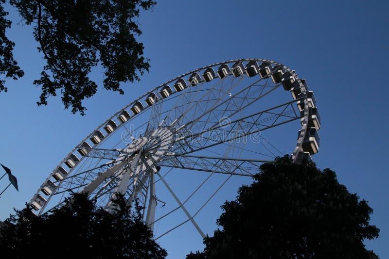 Een deel van het wiel van het oogferris van Boedapest op een avond blauwe hemel royalty-vrije stock foto's