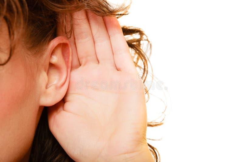 Een deel van hoofdvrouw met hand aan oor het luisteren stock afbeeldingen