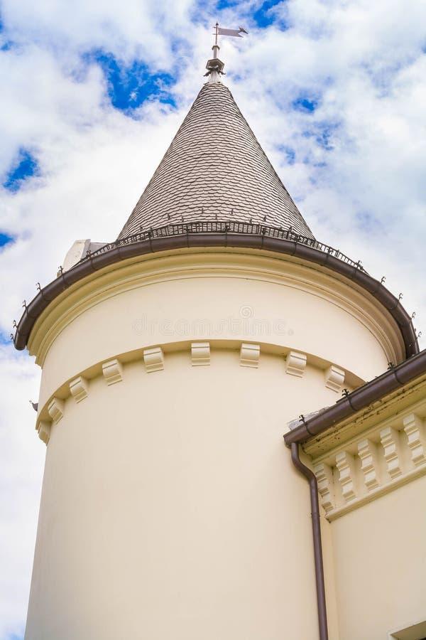 Een deel van Kasteel Karolyi met wolken in Carei, Satu Mare, Roemenië royalty-vrije stock afbeelding