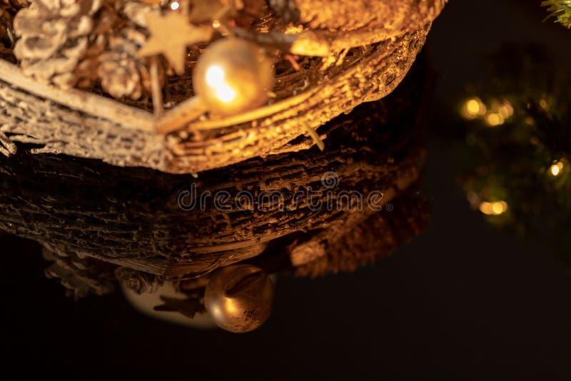 Een deel van een Kerstmiskroon en een gouden decoratie stock afbeelding