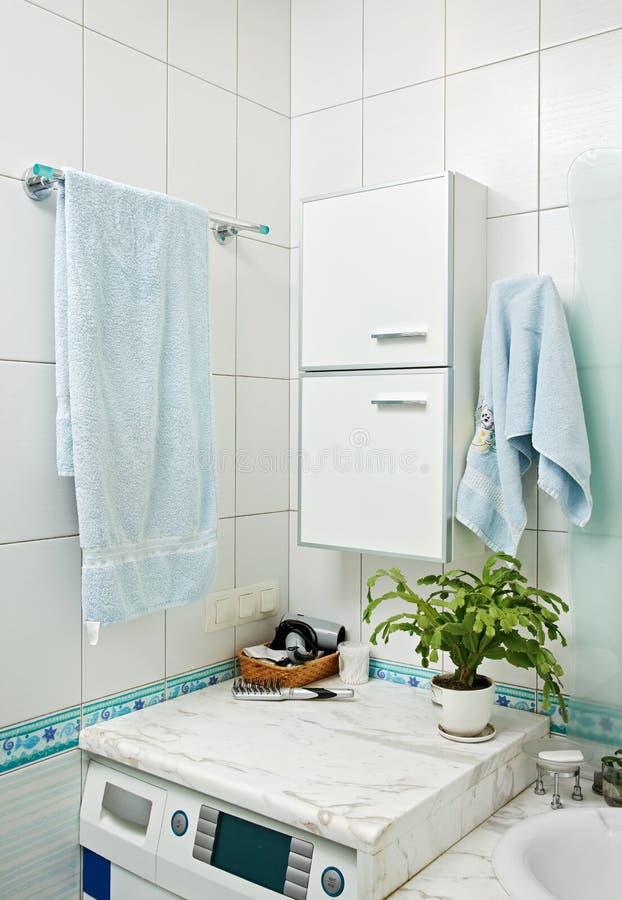 Een deel van klein modern badkamersbinnenland royalty-vrije stock foto