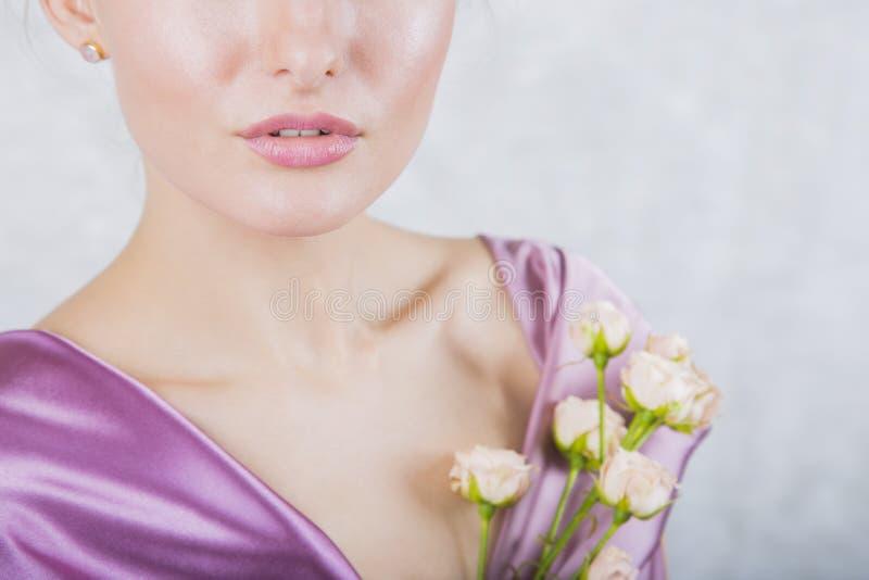 Een deel van mooi jong meisjes` s gezicht met romig rozenboeket royalty-vrije stock foto's