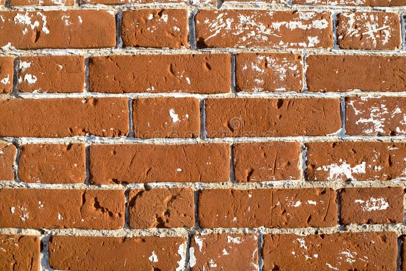 Een deel van muur dichte omhooggaand van een oud huis buiten rode baksteen met witte plonsen verwijderde stopverf voor restaurati stock foto's