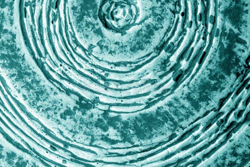 Een deel van oud ceramisch plaatclose-up in cyaantoon stock afbeeldingen