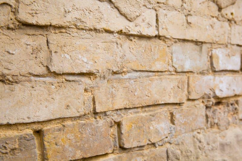 Een deel van oude bakstenen muur met afgebrokkeld pleister, sluit omhoog stock fotografie