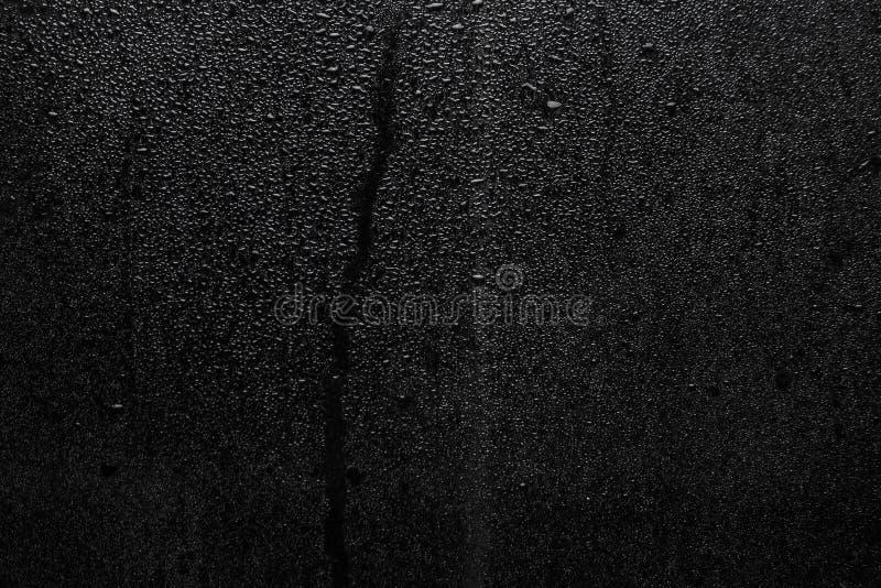 Een deel van reeks Achtergrondfoto van regendalingen op donker glas, verschillende grootte: kleine middelgroot en groot royalty-vrije stock afbeelding