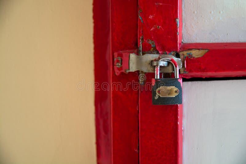 Een deel van rode doos met een klink en een slot royalty-vrije stock fotografie