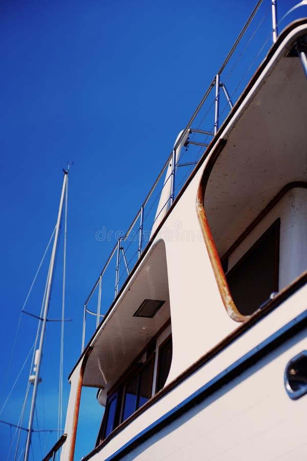 Een deel van schil witte plezierboten op blauwe hemelachtergrond royalty-vrije stock afbeeldingen