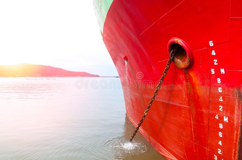 Een deel van schip Groot vrachtschip met velen verschepende container in haven stock fotografie