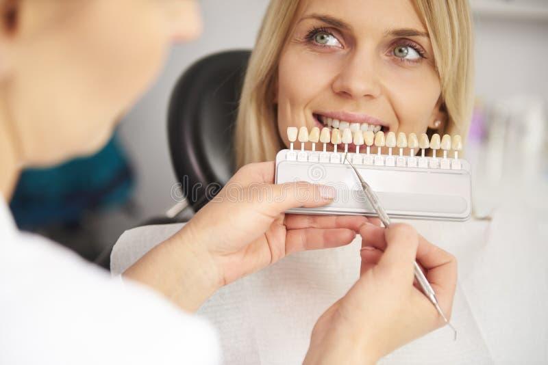 Een deel van tandarts die kleurentanden kiezen van palet royalty-vrije stock afbeelding