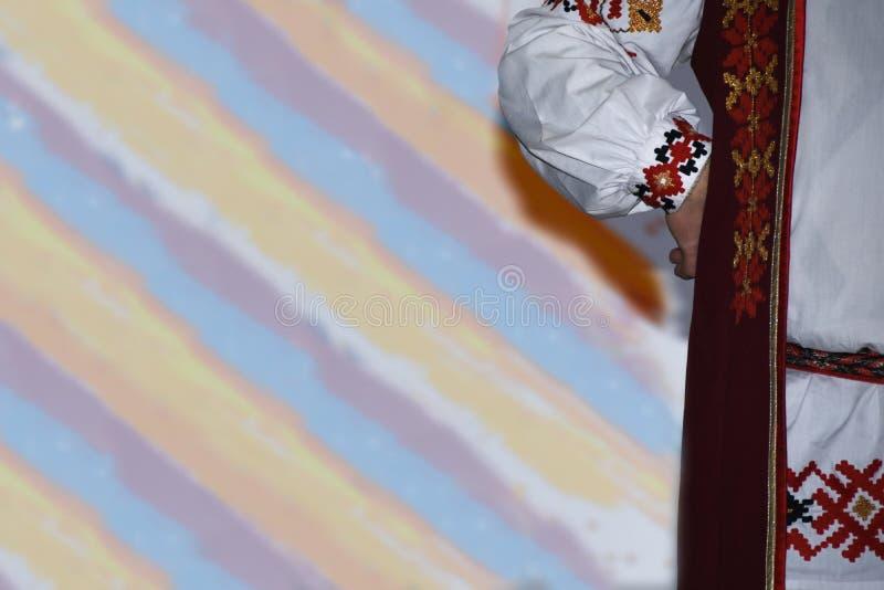 Een deel van een traditioneel volkskostuum op een multi-colored achtergrond royalty-vrije stock foto