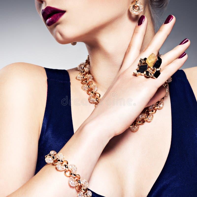 Een deel van vrouwelijk gezicht met mooie gouden juwelen op lichaam royalty-vrije stock fotografie