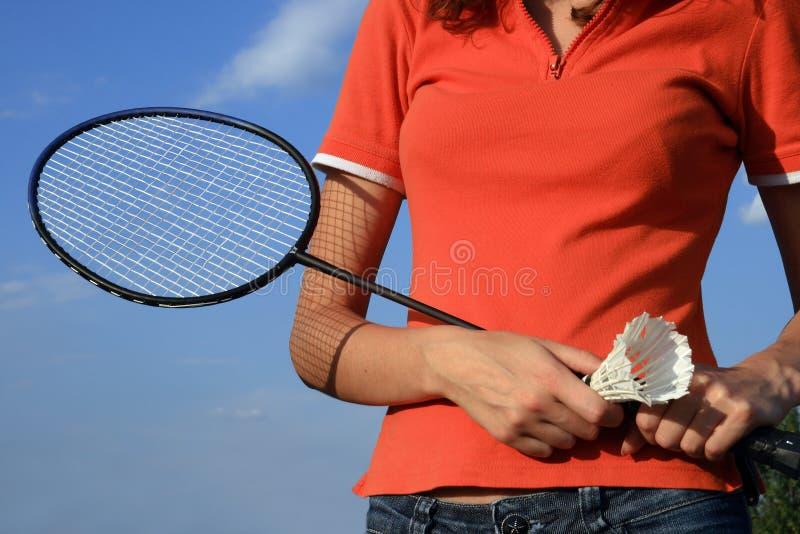 Een deel van vrouwenlichaam met een racket stock fotografie