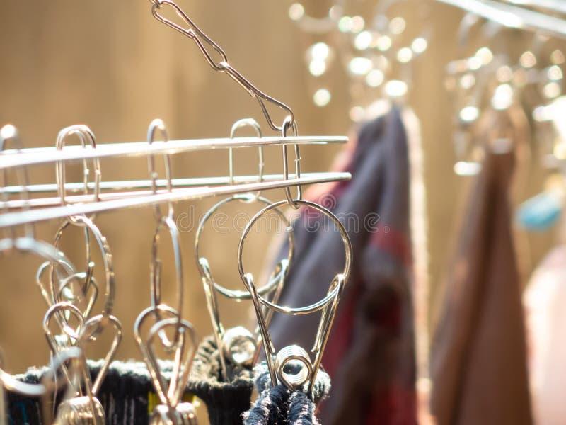 Een deel van wasknijper op de achtergrond van het bokehonduidelijke beeld stock foto's