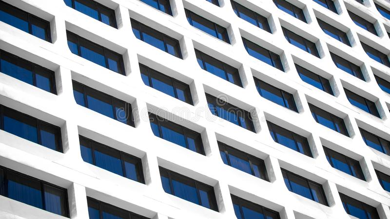 Een detail van de Bureaubouw vensterachtergrond die wordt geschoten stock fotografie