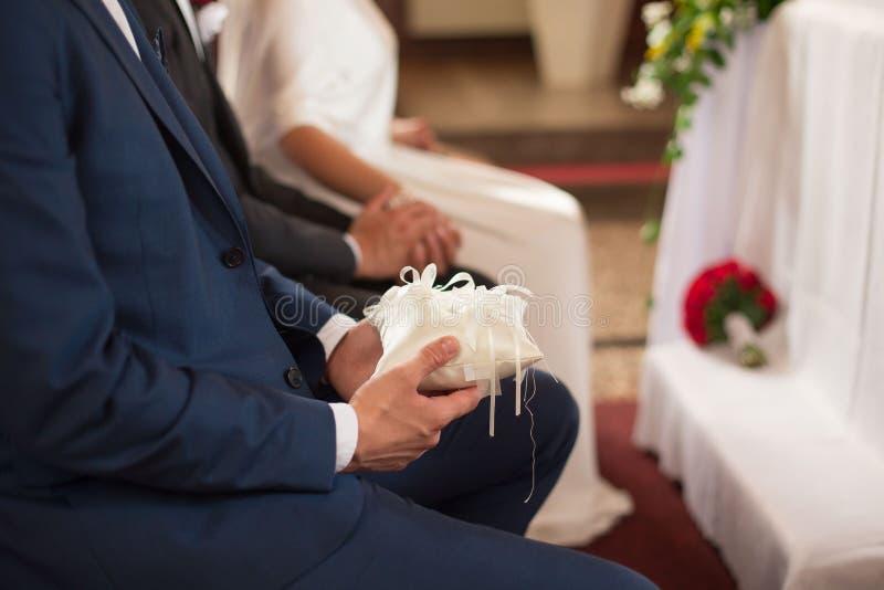 Een detail van de trouwringen die van de getuigeholding wordt geschoten royalty-vrije stock foto