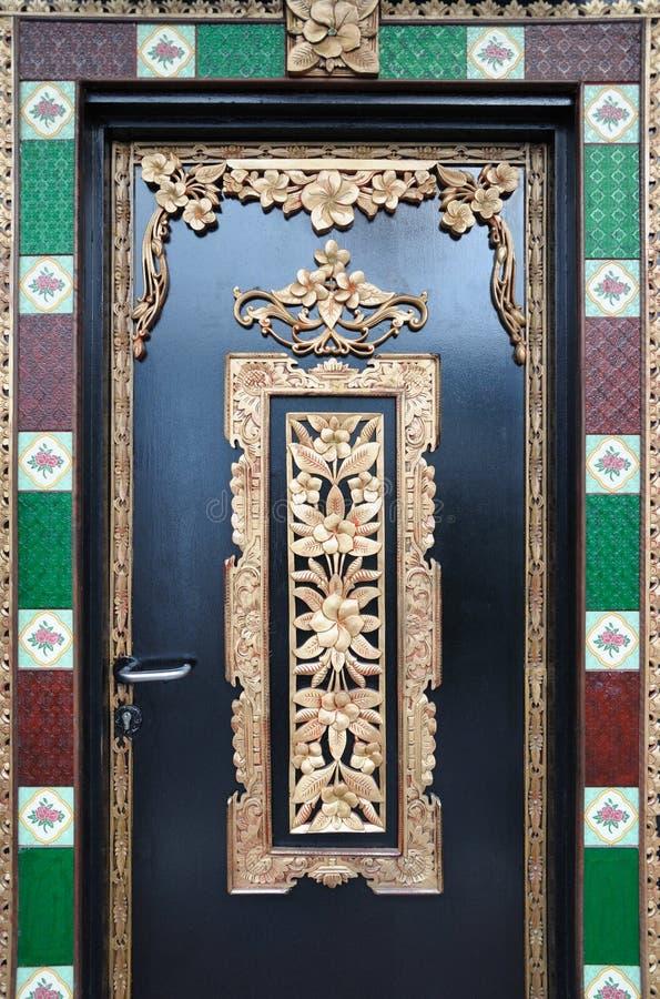 Een deur van het hefboomhandvat met bloemrijk ontwerp royalty-vrije stock fotografie