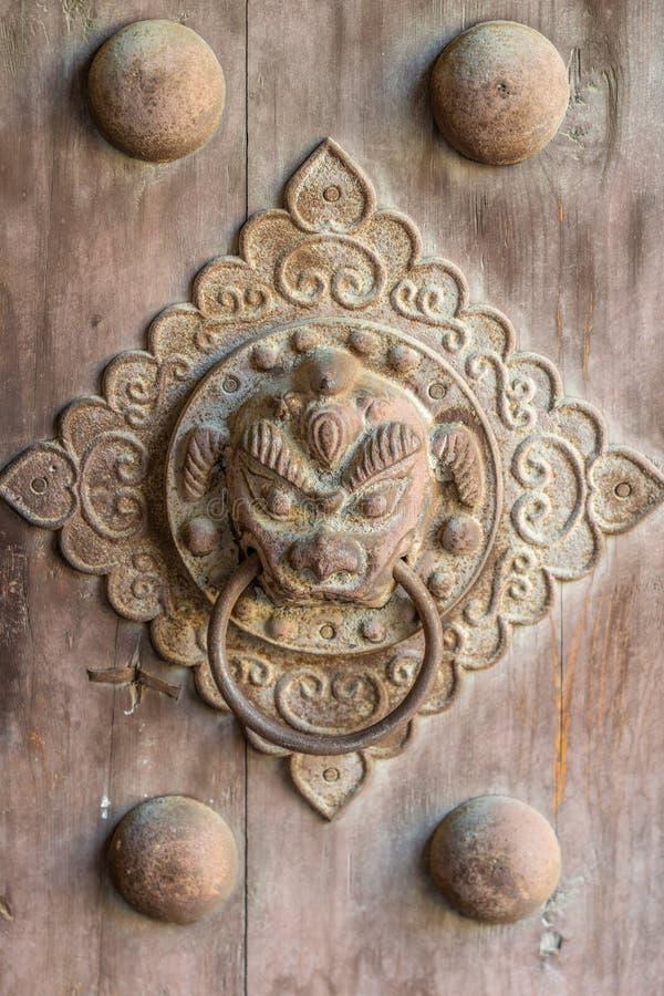 Een deurkloppers in oud China stock afbeelding