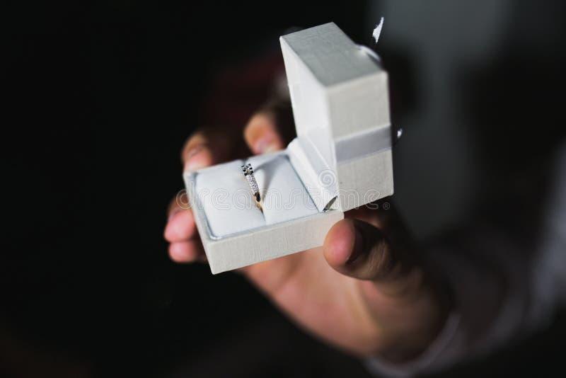 Een diamantverlovingsring in een witte doos royalty-vrije stock foto