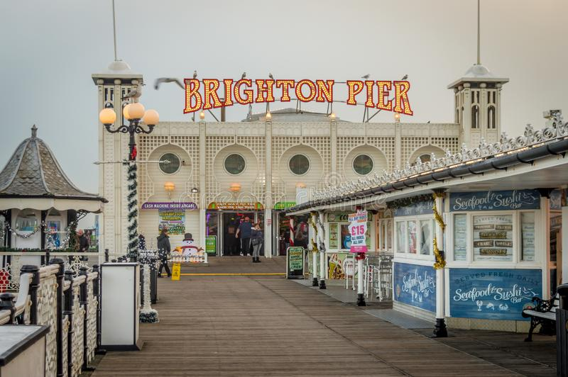 Een dichte omhooggaande mening van Brighton Pier vlak vóór zonsondergang, Sussex, het Verenigd Koninkrijk royalty-vrije stock foto